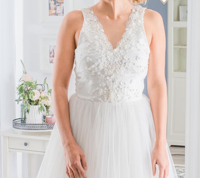 Hochzeitskleid aus Tüll mit V-Ausschnitt, 3D Spitze, Perlen und Rocailles.