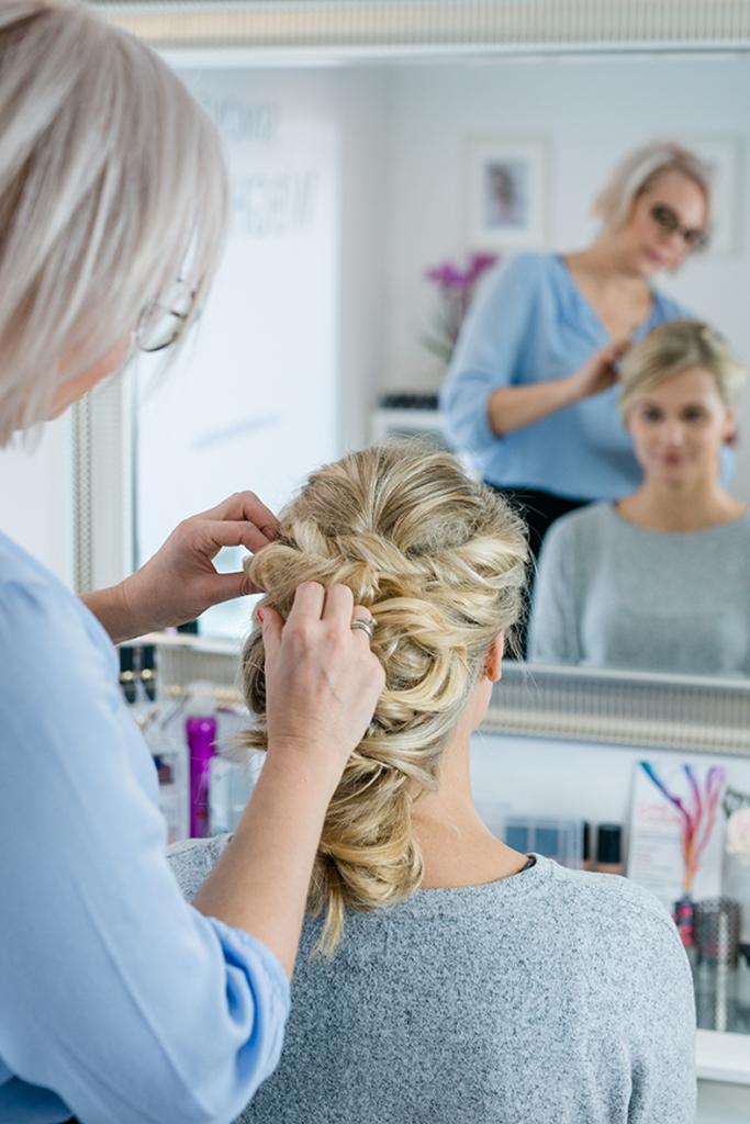 Brautfrisur und make up erlangen